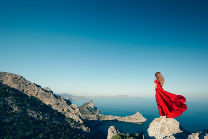 young beautiful woman in red dress looking to PRMJDVY 705x470 - Saída de Campo COLOR